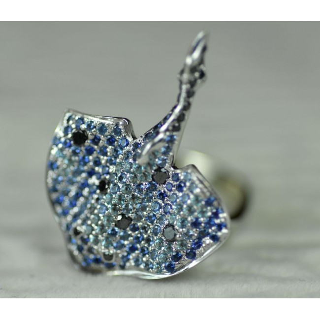 "Кольцо золотое ""Скат"" с бриллиантами, сапфирами, топазами"
